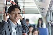 버스, 실내, 교통수단좌석 (교통수단일부), 앉기 (몸의 자세), 미소, 밝은표정, 남성, 출퇴근, 손잡이, 홀딩 (만지기)