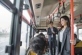 여성, 버스, 실내, 교통수단좌석 (교통수단일부), 앉기 (몸의 자세), 미소, 밝은표정, 출퇴근, 아침, 기대 (컨셉)