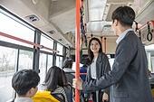여성, 버스, 실내, 교통수단좌석 (교통수단일부), 앉기 (몸의 자세), 미소, 밝은표정, 출퇴근, 아침, 기대 (컨셉), 대화