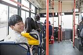 버스, 실내, 교통수단좌석 (교통수단일부), 앉기 (몸의 자세), 미소, 밝은표정, 남성, 뒤돌아보기 (응시)