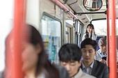 버스, 실내, 교통수단좌석 (교통수단일부), 앉기 (몸의 자세), 출퇴근, 아침, 이어폰, 음악, 듣기 (감각사용)