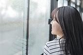 여성, 버스, 실내, 교통수단좌석 (교통수단일부), 앉기 (몸의 자세), 창밖보기, 흐린날씨 (하늘), 비 (물형태)