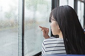 여성, 버스, 실내, 교통수단좌석 (교통수단일부), 앉기 (몸의 자세), 창밖보기, 흐린날씨 (하늘), 비 (물형태), 무표정, 우울, 글씨쓰기 (움직이는활동)