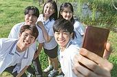 십대 (인간의나이), 교복, 미소, 밝은표정, 고등학생, 만족, 학교생활, 스마트폰, 셀프카메라 (포즈취하기)