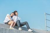 십대 (인간의나이), 교복, 미소, 밝은표정, 고등학생, 학교생활, 계단, 커플, 데이트 (로맨틱), 대화, 기댐 (정지활동)