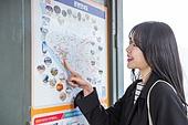 여성, 버스, 대중교통 (운수), 버스정류장 (인공구조물)
