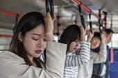 버스, 실내, 교통수단좌석 (교통수단일부), 앉기 (몸의 자세), 남성, 출퇴근, 피로 (물체묘사), 기진맥진 (컨셉), 루틴 (컨셉), 기댐 (정지활동), 여성, 손잡이, 홀딩 (만지기), 잠