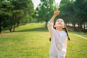 한국인, 어린이 (인간의나이), 초등학생, 유치원생, 공원, 포인팅 (손짓), 다이렉팅 (제스처), 응시 (감각사용)