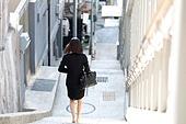 골목길 (도시도로), 계단, 청년실업 (실업), 청년여자 (성인여자), 내려가기 (물리적활동), 출퇴근 (여행하기), 뒷모습