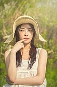 공원, 휴식, 소풍 (아웃도어), 라이프스타일, 싱글라이프 (주제), 성인여자 (여성), 걱정 (어두운표정)