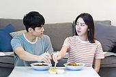 라이프스타일, 커플, 자장면 (면), 배달음식, 노려보기 (응시)