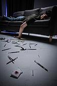 남성, 마약, 마약중독 (약물남용), 주사기, 과다, 엎드림 (눕기)