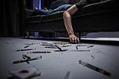 남성, 마약, 마약중독 (약물남용), 주사기, 과다, 사람손 (주요신체부분)