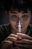 남성, 마약, 마약중독 (약물남용), 주사기, 미소