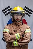 한국인, 영웅, 소방관, 방화복 (방호복), 사고재해 (주제), 구출 (컨셉), 응급서비스직업 (직업), 안전헬멧