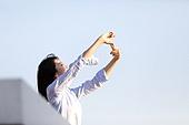 한국인, 옥탑방 (집), 미녀 (아름다운사람), 손으로햇빛가리기 (가리기)