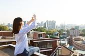 라이프스타일, 옥탑방 (집), 미녀 (아름다운사람), 손으로햇빛가리기 (가리기)