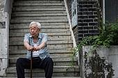 노인 (성인), 노인남자 (성인남자), 계단, 앉기 (몸의 자세), 독거노인