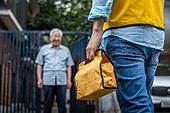 노인 (성인), 노인남자 (성인남자), 독거노인, 사회보장제도, 급식 (움직이는활동), 건네주기 (주기), 미소