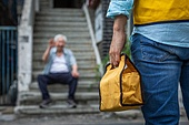 노인 (성인), 노인남자 (성인남자), 독거노인, 사회보장제도, 급식 (움직이는활동), 건네주기 (주기), 웨이빙 (제스처)