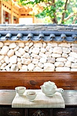 전통문화 (주제), 한옥 (한국전통), 한국 (동아시아), 한국문화, 명절 (한국문화), 다도, 차 (뜨거운음료), 설 (명절), 추석 (명절), 사람없음, 찻잔, 티포트 (그릇), 기와 (지붕)