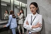 라이프스타일, 한국인, 여자화장실, 가십 (컨셉), 비즈니스우먼, 직장내괴롭힘 (괴롭힘), 사무실정치, 직장내괴롭힘, 왕따, 엿듣기, 엿듣기 (듣기)