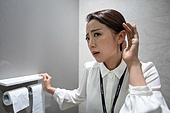라이프스타일, 한국인, 여자화장실, 가십 (컨셉), 비즈니스우먼, 직장내괴롭힘 (괴롭힘), 사무실정치, 직장내괴롭힘, 왕따, 불쾌함 (어두운표정), 엿듣기, 엿듣기 (듣기), 변기 (화장실)