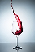 오브젝트 (묘사), 스튜디오촬영, 물 (자연현상), 파장, 파문 (물체묘사), 백그라운드, 물결, 방울 (액체), 와인잔, 붓기 (움직이는활동), 와인, 빨강, 음료, 차가운음료 (무알콜음료), 활력 (컨셉)