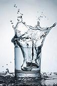 오브젝트 (묘사), 물 (자연현상), 파장, 파문 (물체묘사), 역광, 백그라운드, 패턴, 물결, 방울 (액체), 음료, 차가운음료 (무알콜음료), 활력 (컨셉), 얼음, 유리잔 (그릇), 컵 (그릇)