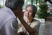 노인여자 (성인여자), 노인 (성인), 치매, 기억 (컨셉), 쇠퇴, 쓰다듬기 (만지기)