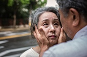 노인여자 (성인여자), 노인 (성인), 치매, 기억 (컨셉), 쇠퇴, 쓰다듬기 (만지기), 걱정 (어두운표정), 슬픔 (컨셉), 노인커플 (이성커플)