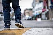 어린이 (인간의나이), 거리 (도시도로), 걷기 (물리적활동), 사람다리 (사람팔다리)