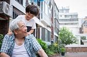노인남자 (성인남자), 사회복지 (사회이슈), 조손가정 (가족), 어린이 (인간의나이), 마사지 (만지기)