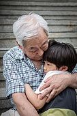 노인남자 (성인남자), 사회복지 (사회이슈), 조손가정 (가족), 어린이 (인간의나이), 포옹, 위로