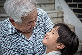 노인남자 (성인남자), 사회복지 (사회이슈), 조손가정 (가족), 어린이 (인간의나이), 미소, 밝은표정, 포옹