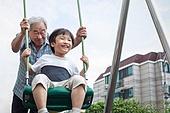 노인남자 (성인남자), 사회복지 (사회이슈), 조손가정 (가족), 어린이 (인간의나이), 미소, 밝은표정, 놀이터, 그네 (놀이터시설)