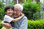 노인남자 (성인남자), 사회복지 (사회이슈), 조손가정 (가족), 어린이 (인간의나이), 미소, 밝은표정, 포옹, 행복