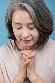 노인여자 (성인여자), 여성스러움, 우아 (컨셉), 손모으기 (제스처), 기도 (커뮤니케이션컨셉)