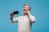 노인남자 (성인남자), 멋 (컨셉), 액티브시니어, 스마트폰, 이어폰, 미소, 듣기 (감각사용)