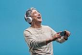 노인남자 (성인남자), 멋 (컨셉), 액티브시니어, 스마트폰, 이어폰, 미소, 듣기 (감각사용), 헤드폰 (오디오장비)