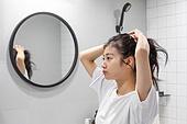 여성, 집 (주거건물), 화장실 (가정용품[고정]), 사람머리 (주요신체부분), 묶기