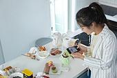 가정주방 (주방), 청년 (성인), 스마트폰, SNS (기술), 촬영, 허영심, 청년문화