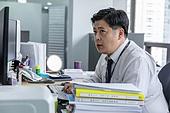 한국인, 라이프스타일, 비즈니스맨 (사업가), 사무실 (업무현장), 걱정 (어두운표정), 피로 (물체묘사), 고역 (컨셉), 스트레스 (컨셉), 어두운표정 (감정), 스트레스