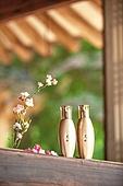 오브젝트 (묘사), 전통문화 (주제), 한국 (동아시아), 한국문화, 전통문화, 화장품 (몸단장제품), 한의학 (의학), 스킨케어, 로션, 실외, 한옥, 나무, 담장배경 (경계선), 담장 (경계선), 꽃, 식물, 뷰티
