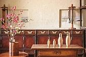 오브젝트 (묘사), 전통문화 (주제), 한국 (동아시아), 한국문화, 전통문화, 화장품 (몸단장제품), 한의학 (의학), 스킨케어, 로션, 실외, 한옥, 나무, 담장배경 (경계선), 담장 (경계선), 꽃, 식물, 뷰티, 책상, 테이블