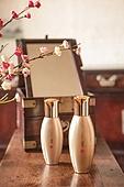 오브젝트 (묘사), 전통문화 (주제), 한국 (동아시아), 한국문화, 전통문화, 화장품 (몸단장제품), 한의학 (의학), 스킨케어, 로션, 실외, 한옥, 나무, 꽃, 식물, 뷰티, 책상, 테이블, 거울