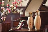 오브젝트 (묘사), 전통문화 (주제), 한국 (동아시아), 한국문화, 전통문화, 화장품 (몸단장제품), 한의학 (의학), 스킨케어, 로션, 실외, 한옥, 나무, 꽃, 식물, 뷰티, 책상, 테이블, 거울, 노리개
