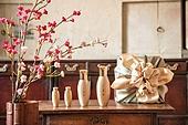 오브젝트 (묘사), 전통문화 (주제), 한국 (동아시아), 한국문화, 전통문화, 화장품 (몸단장제품), 한의학 (의학), 스킨케어, 로션, 실외, 한옥, 나무, 꽃, 식물, 뷰티, 책상, 테이블, 선물상자, 선물세트