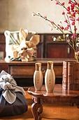 한옥, 전통문화 (주제), 한국 (동아시아), 한국문화, 화장품 (몸단장제품), 한의학 (의학), 스킨케어, 로션, 뷰티, 꽃, 식물, 선물상자, 선물세트, 실내, 나무, 책상, 테이블