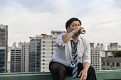 한국인, 비즈니스맨, 화이트칼라 (전문직), 맥주, 마시기, 고독, 걱정 (어두운표정), 피로 (물체묘사), 스트레스 (컨셉), 심각, 스트레스